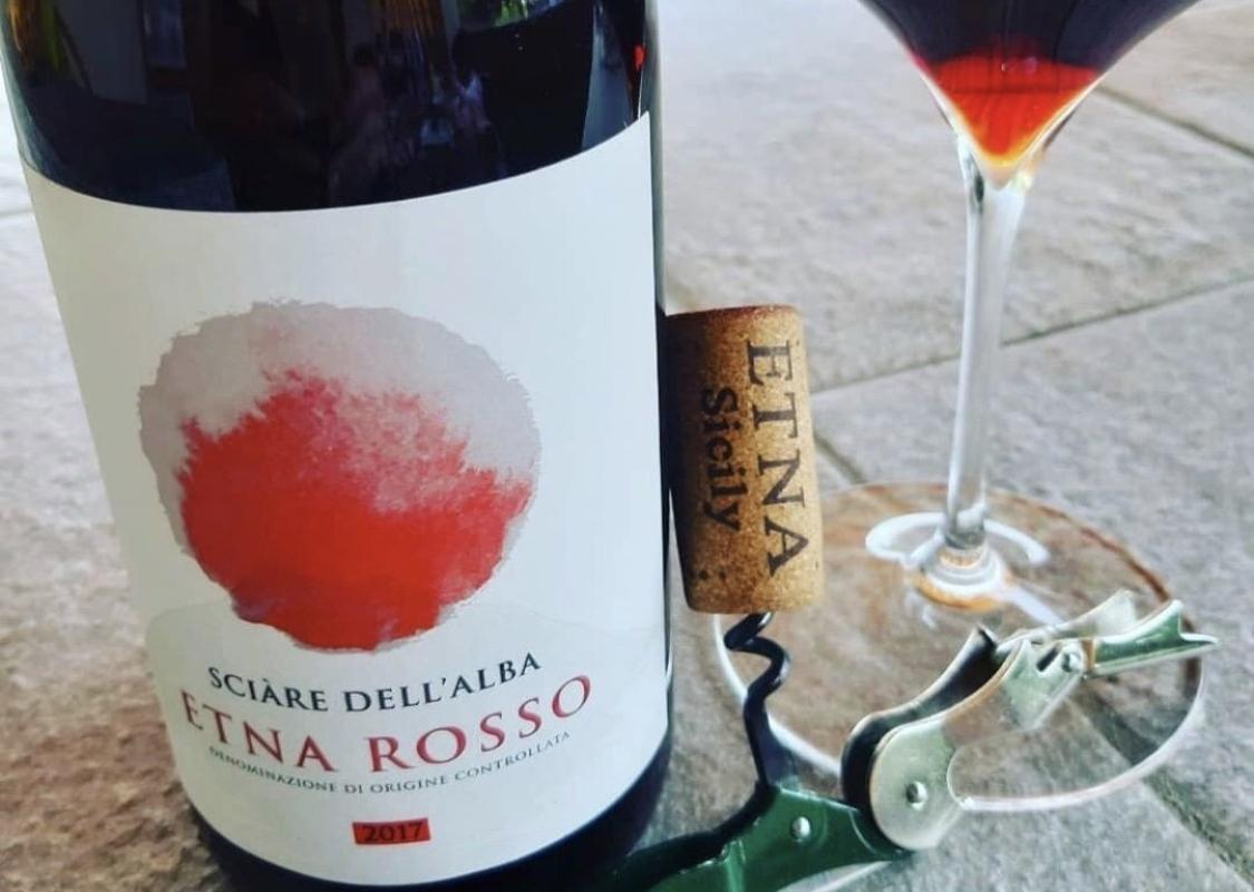 bicchiere vino rosso etna sicare dell'alba