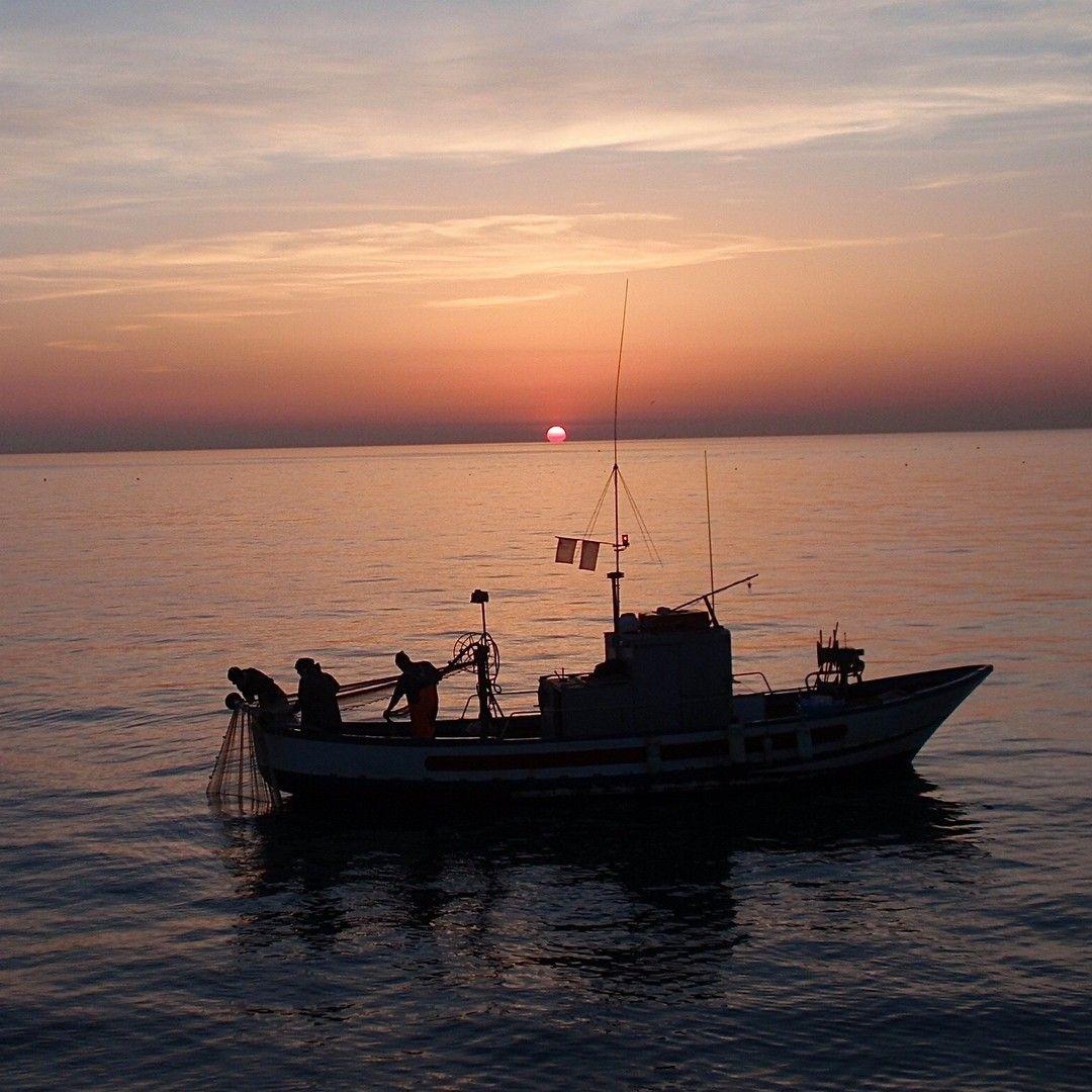 Pescatore nel mare siciliano