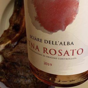 Bottiglia di Etna rosato DOC con grigliata di carne